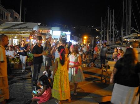 夜のピタゴリオ港沿い