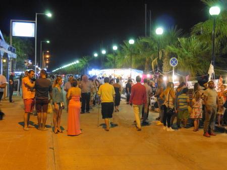 カルダメナ港沿いの観光客
