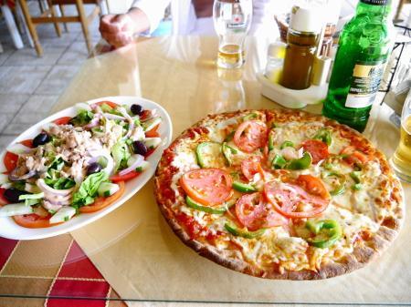 イタリアンサラダとピザ