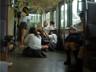 電車内マナー 女子高生