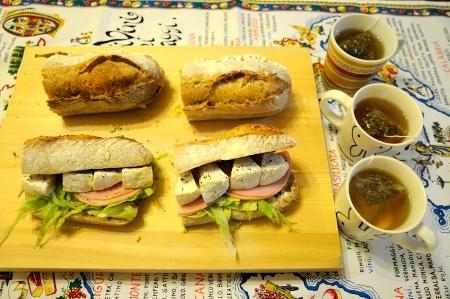 サンドイッチとレモンティー