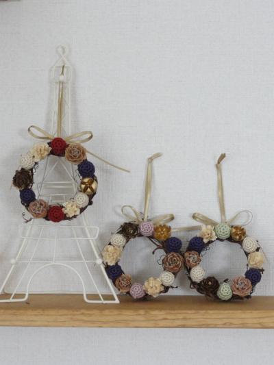 編み玉のリース