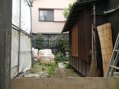 150419-036伊勢屋質店跡・裏工事中