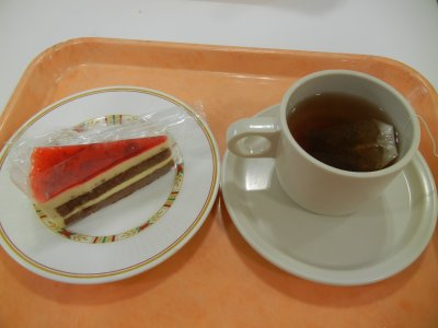紅茶@80円とストロベリーティラミス@100円
