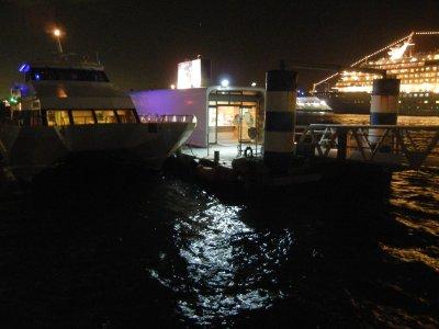 赤レンガ桟橋から、アスカ2号とクルージング船