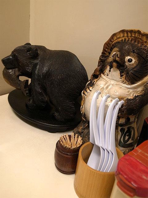 150429すずめ-卓上の狸と熊