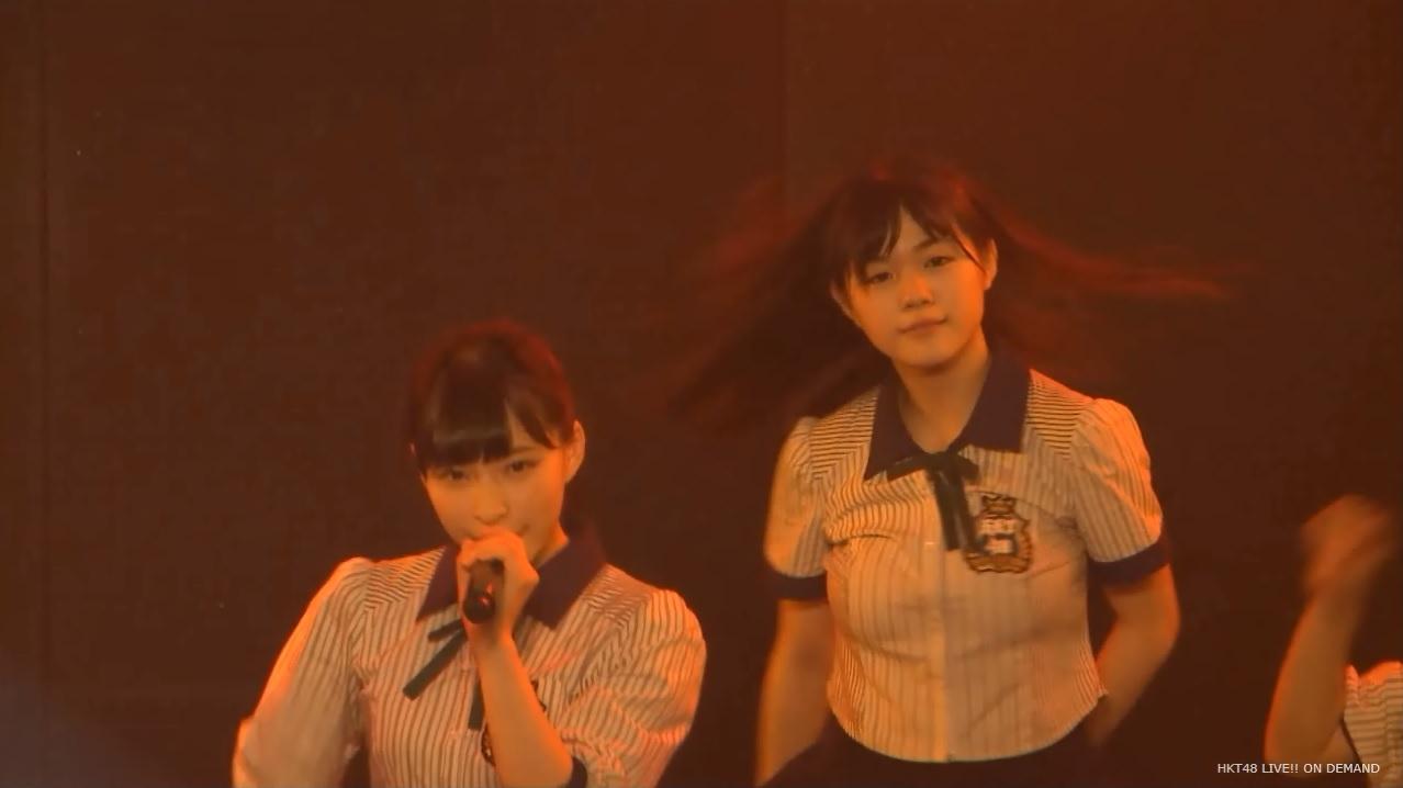 コンサートで踊るHKT48の田中優香