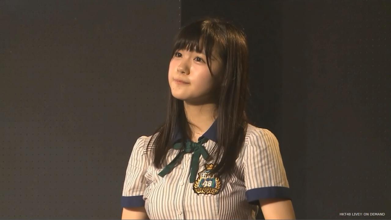 劇場公演で歌うHKT48の田中優香