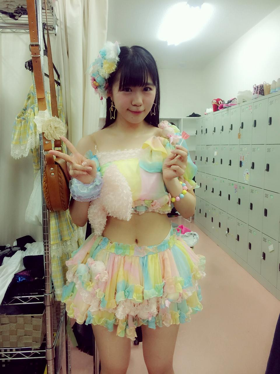 へそ出し衣装を着たHKT48・田中優香のくびれ