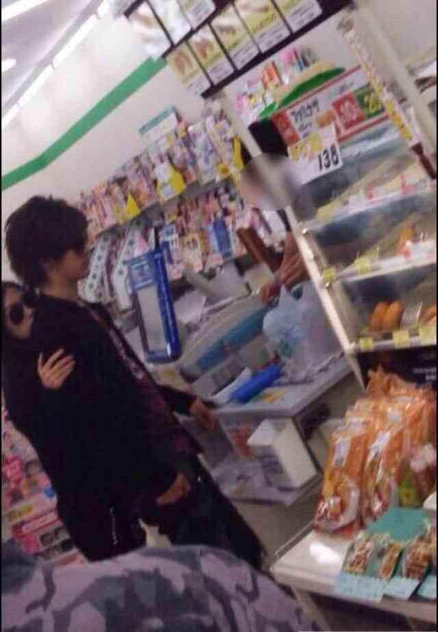 「週刊文春」画像、コンビニで買い物するDAIGOと北川景子