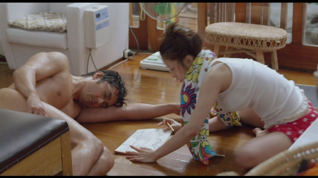 映画「テルマエ・ロマエ」、タンクトップにショートパンツの上戸彩の着衣横乳