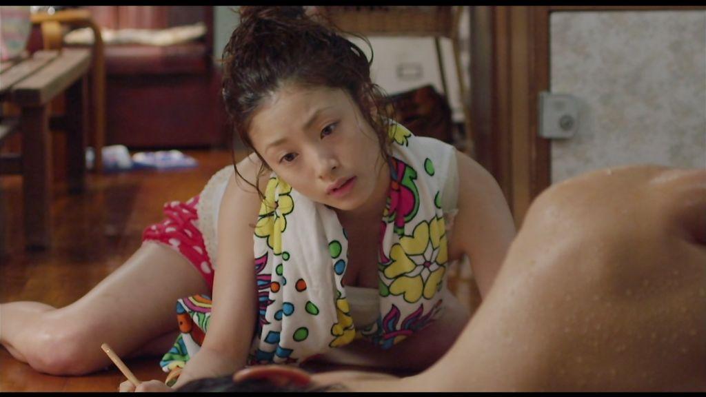 映画「テルマエ・ロマエ」、タンクトップにショートパンツの上戸彩の胸チラ