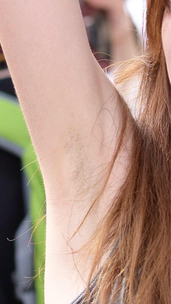 高性能カメラで撮影された美人コスプレイヤーのワキ毛(腋毛)
