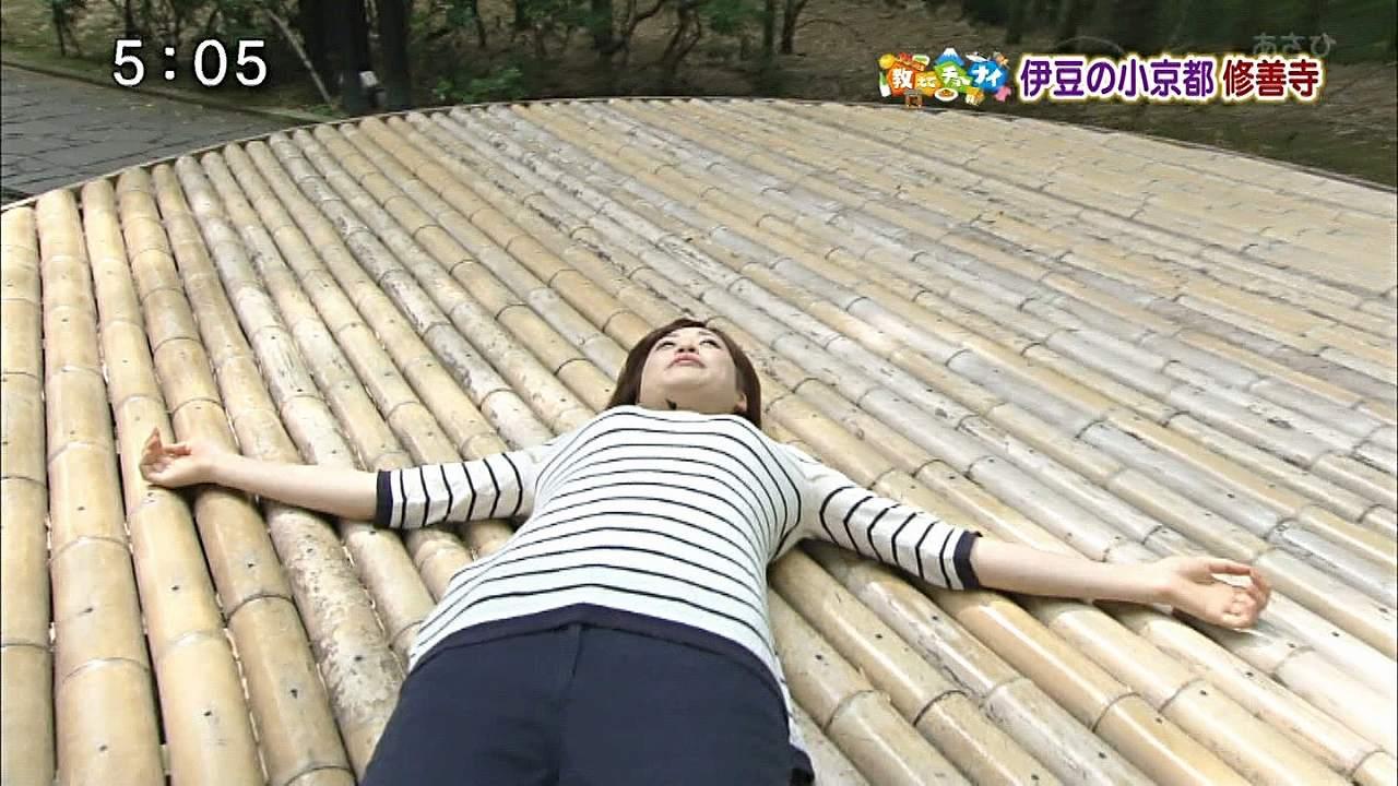 仰向けに寝た牧野結美アナの貧乳おっぱい
