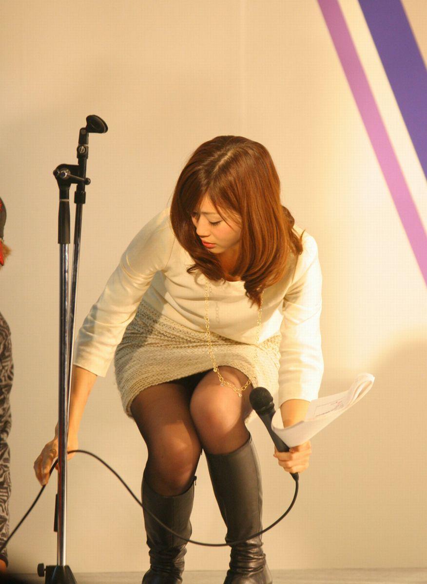 タイトスカートを履いてしゃがんだ牧野結美アナのパンチラ画像