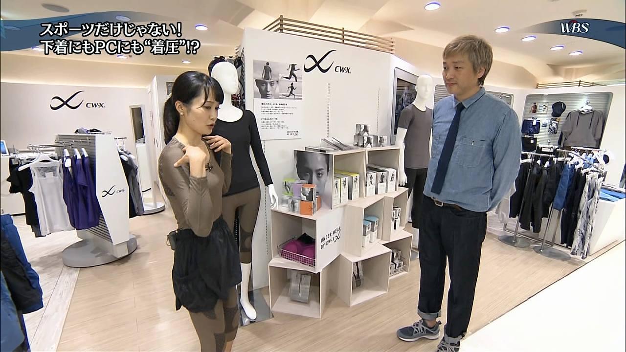 テレ東「ワールドビジネスサテライト」で着圧下着を試着した大澤亜季子アナの着衣おっぱい