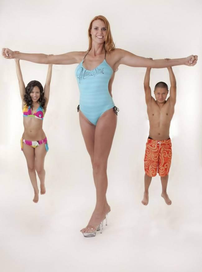 身長が2m2cmで世界一背が高いモデル、アマゾン・イブ