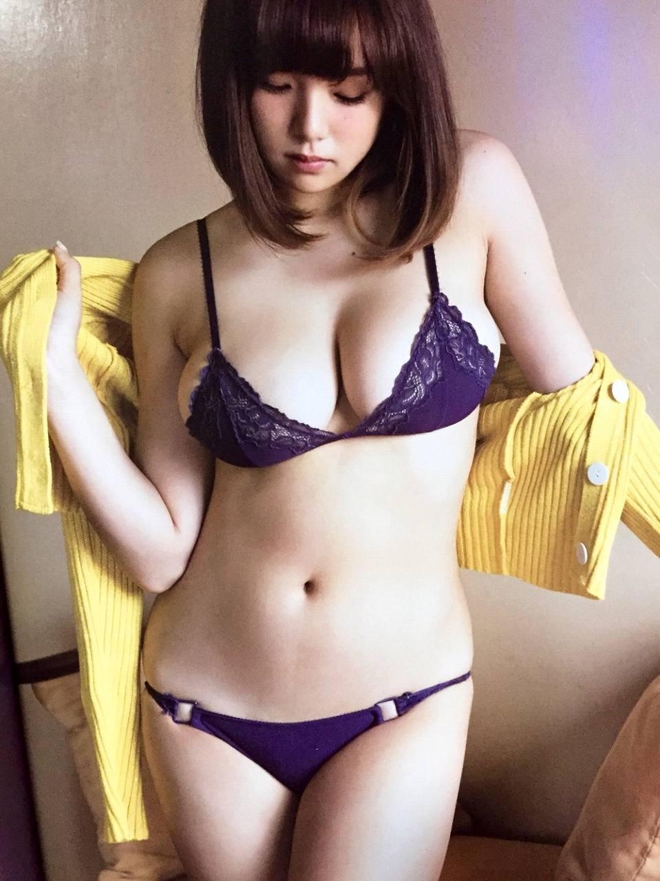 「フライデー(FRIDAY)」、篠崎愛のビキニ水着グラビア(ついにNG解禁、官能の美体!!)