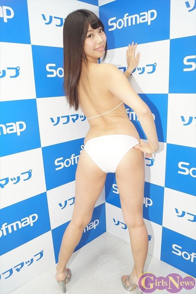 DVD『VENUS☆FUMINA』の発売記念イベントで貝殻水着を着てソフマップに登場した鈴木ふみ奈