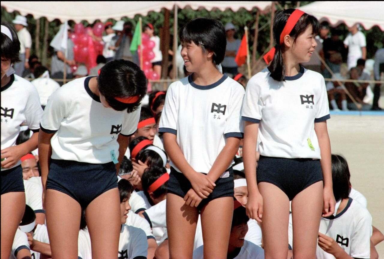 体操着でブルマを履いた女子小学生