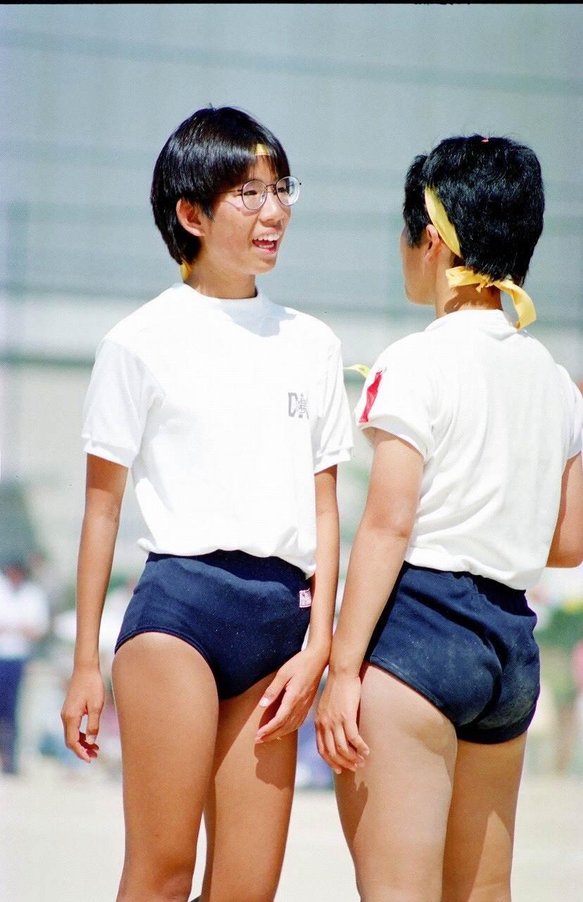 体操着でブルマを履いた女子中学生