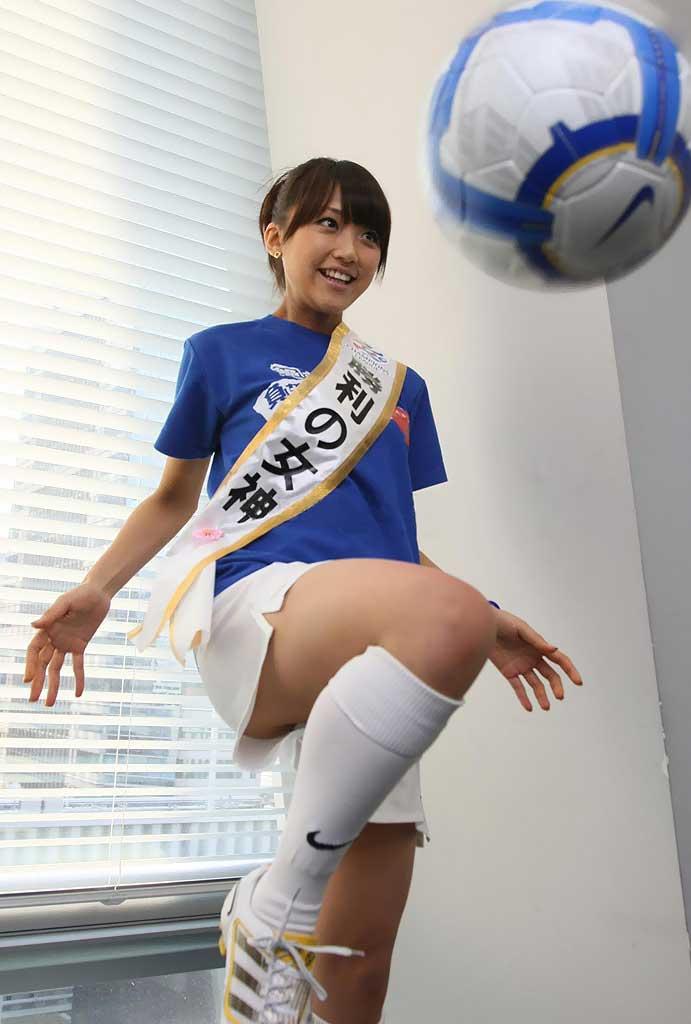 サッカーのユニフォームでリフティングをして太もも丸出し、パンチラ寸前の竹内由恵アナ