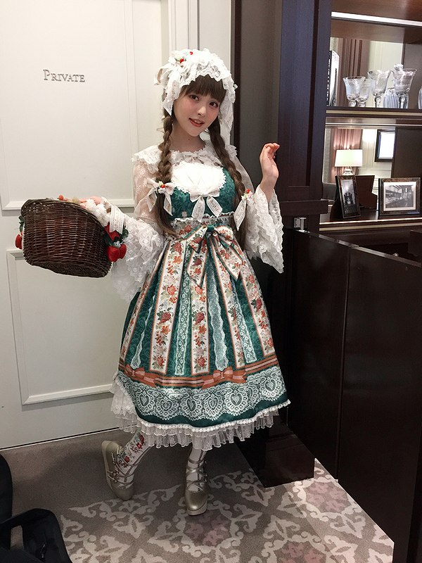 民族衣装っぽいドレスを着た上坂すみれ