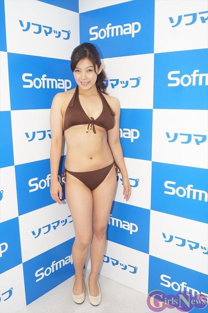 DVD「素肌のままで」発売記念イベントでソフマップに登場した郷司利也子