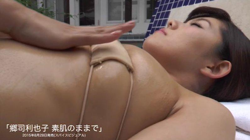 現役プロボクサー・郷司利也子のDVD「素肌のままで」キャプチャ画像(変態水着でおっぱいマッサージ)