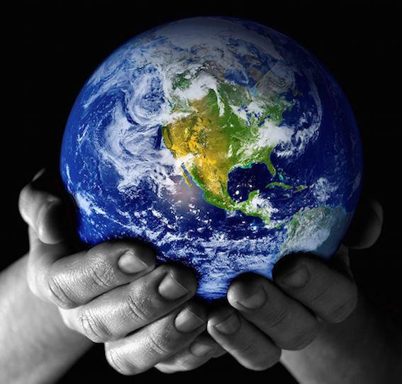 地球を持つ図