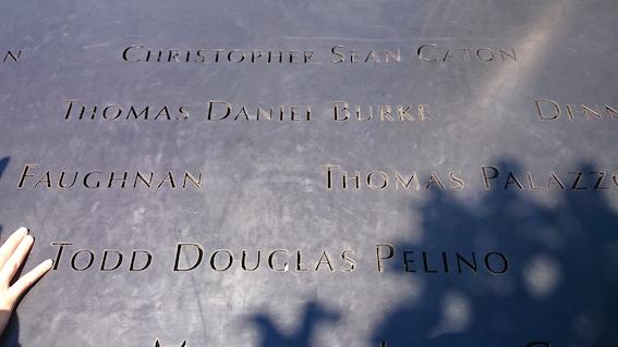 プールの淵に彫られた犠牲者氏名