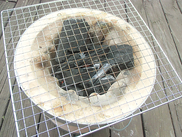 七輪に炭をおこして