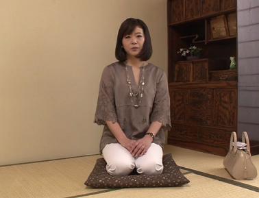 旦那さんが仕事中にアダルトビデオに出演する五十路妻のさゆみさんのエロ動画
