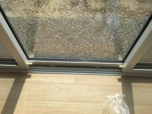 掃き出し窓のレール部分