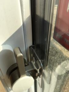 掃き出し窓の隙間を埋める