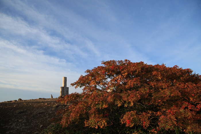 e150923山頂の紅葉と空の雲