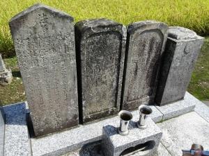 烈元の墓(左から二番目)