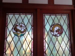 龍と鳳凰を表したステンドグラス