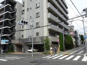 銀杏坂。左側が久貝邸跡