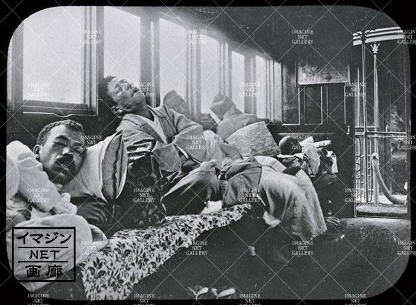 長距離列車で眠る客
