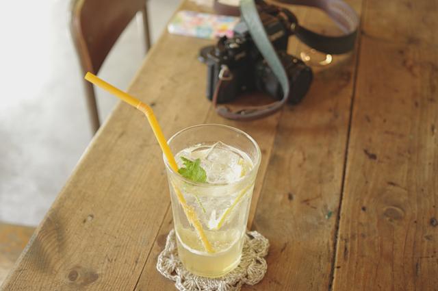 飲み物とテーブル