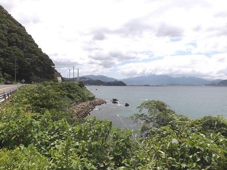 国道8号線から敦賀港、金ヶ崎を望む