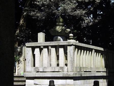新田公墓石