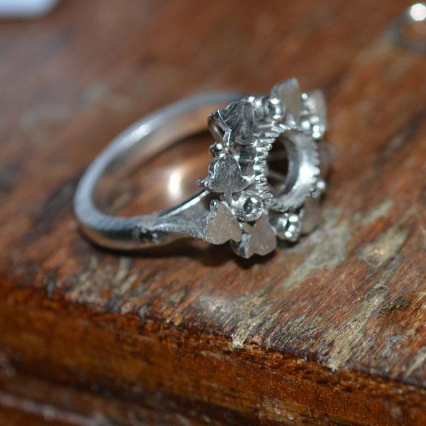 プラチナとエメラルドとダイアモンドの指輪を作っている途中