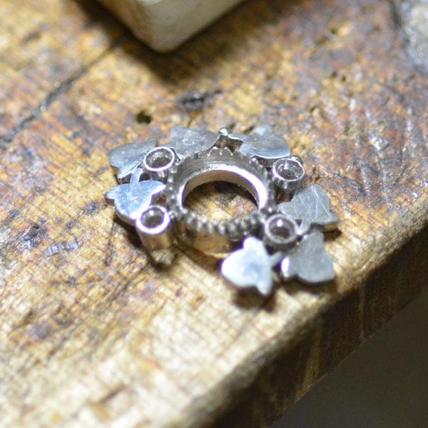 プラチナとエメラルドとダイアモンドの指輪を手作りしているところ