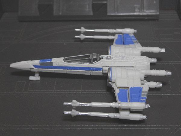 胴体部分がダイキャスト製でX翼やエンジンは樹脂パーツです。