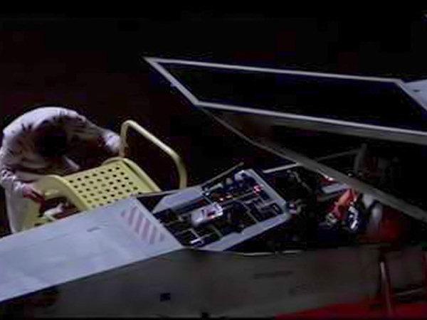 次はX,ウイングファイターが秘密基地を飛び立って、デススター攻撃に向かうシーン。