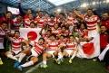 W杯で南アフリカに勝利、日の丸を掲げて喜ぶ日本代表チーム