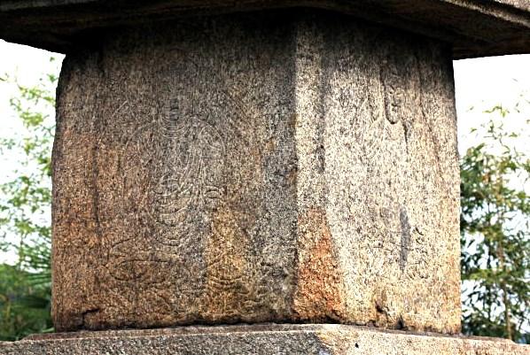 石塔初層軸部には四方仏が線刻されている