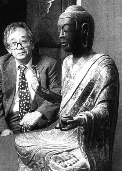 見徳寺薬師像を調査する川原由雄氏